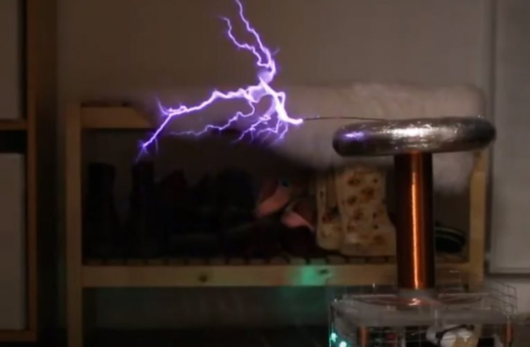 Weezer – Buddy Holly, on a Musical Tesla Coil